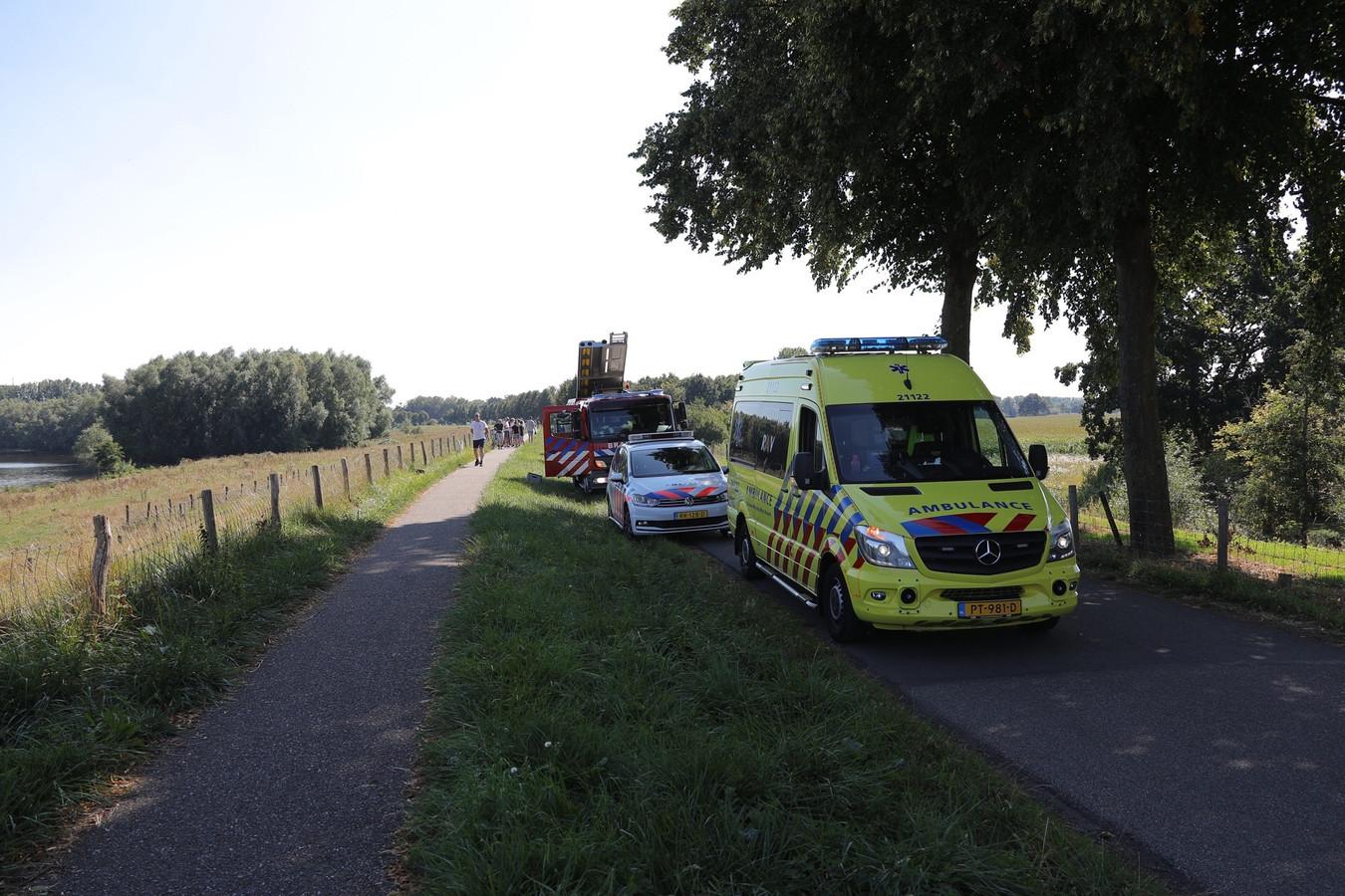 Veel hulpdiensten bij de plaats waar een vrouw werd overvaren door een waterscooter in Neerlangel.