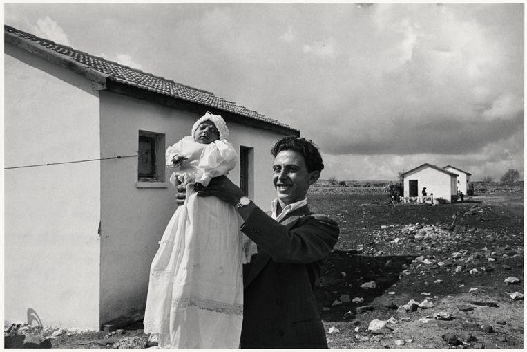 Man houdt de eerst geboren baby in de nederzetting Alma omhoog, Israël, 1951. Beeld Chim (David Seymour) / Magnum Photos Courtesy Chim Estate