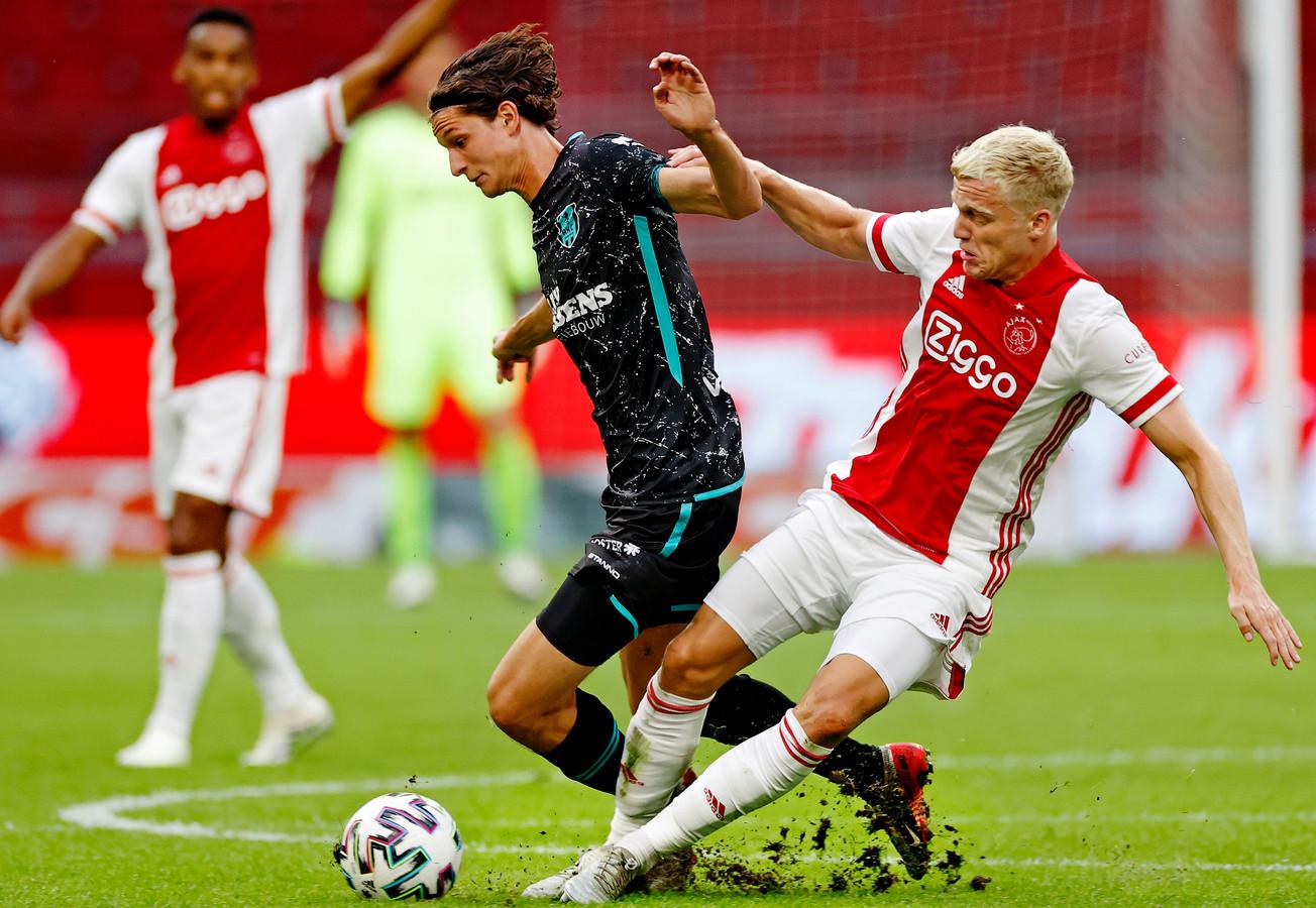 Een van de weinige keren dat Nando Nöstlinger (links) het RKC-shirt droeg. Hier duelleert hij met Ajacied Donny van der Beek tijdens een oefenduel in een lege n een lege Johan Cruijff Arena.