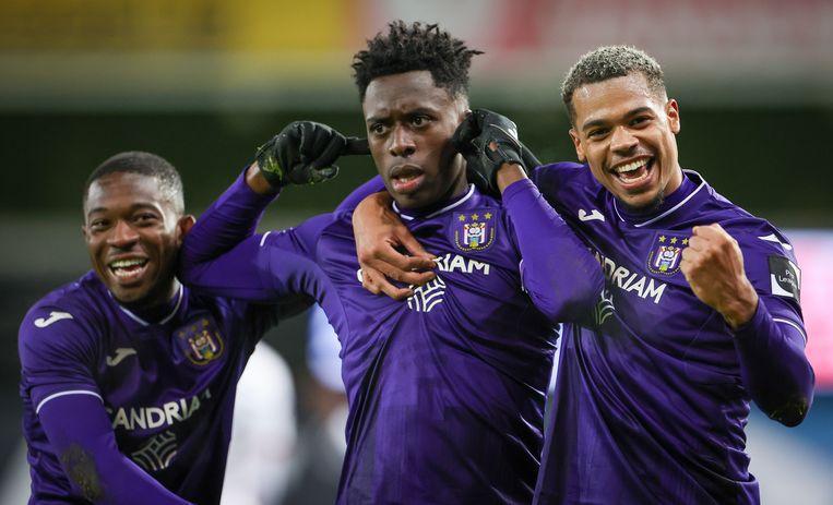 Francis Amuzu, Albert Sambi Lokonga en Lukas Nmecha vieren een doelpunt in de Jupiler Pro League. Beeld BELGA