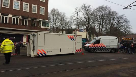 Politie bezig op de plek waar het afgehakte hoofd werd gevonden