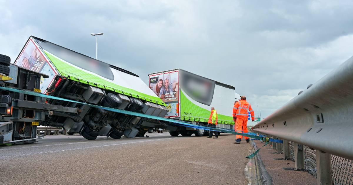 Harde wind zorgt voor problemen in Brabant: van omgewaaide bomen en vuilnisbakken tot gekantelde vrachtwagen.
