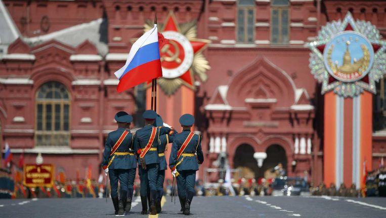 Militairen dragen de Russische vlag op het Rode Plein in Moskou. Beeld reuters