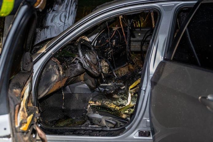 De auto is zwaar beschadigd gerakat.