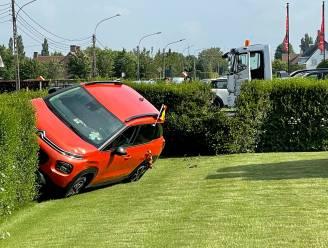 Automobiliste (70) wordt onwel achter stuur en rijdt via parking door en op haag in Pittem