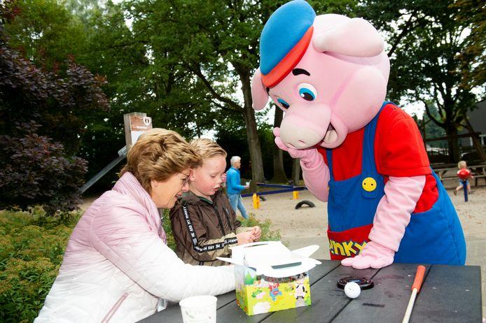 Oma Ans en kleinzoon Dani uit Apeldoorn krijgen hun 'Smullbox fresh' persoonlijk door Binky, de mascotte van Kinderparadijs Malkenschoten, bezorgd aan tafel.