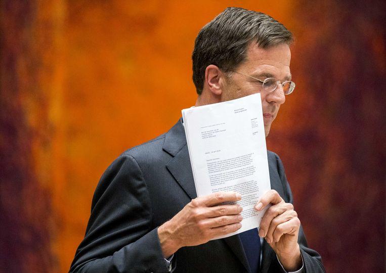 Premier Mark Rutte beantwoord vragen tijdens het Tweede Kamerdebat over de omstreden memo's rond de afschaffing van de dividendbelasting, afgelopen woensdagavond. Beeld ANP