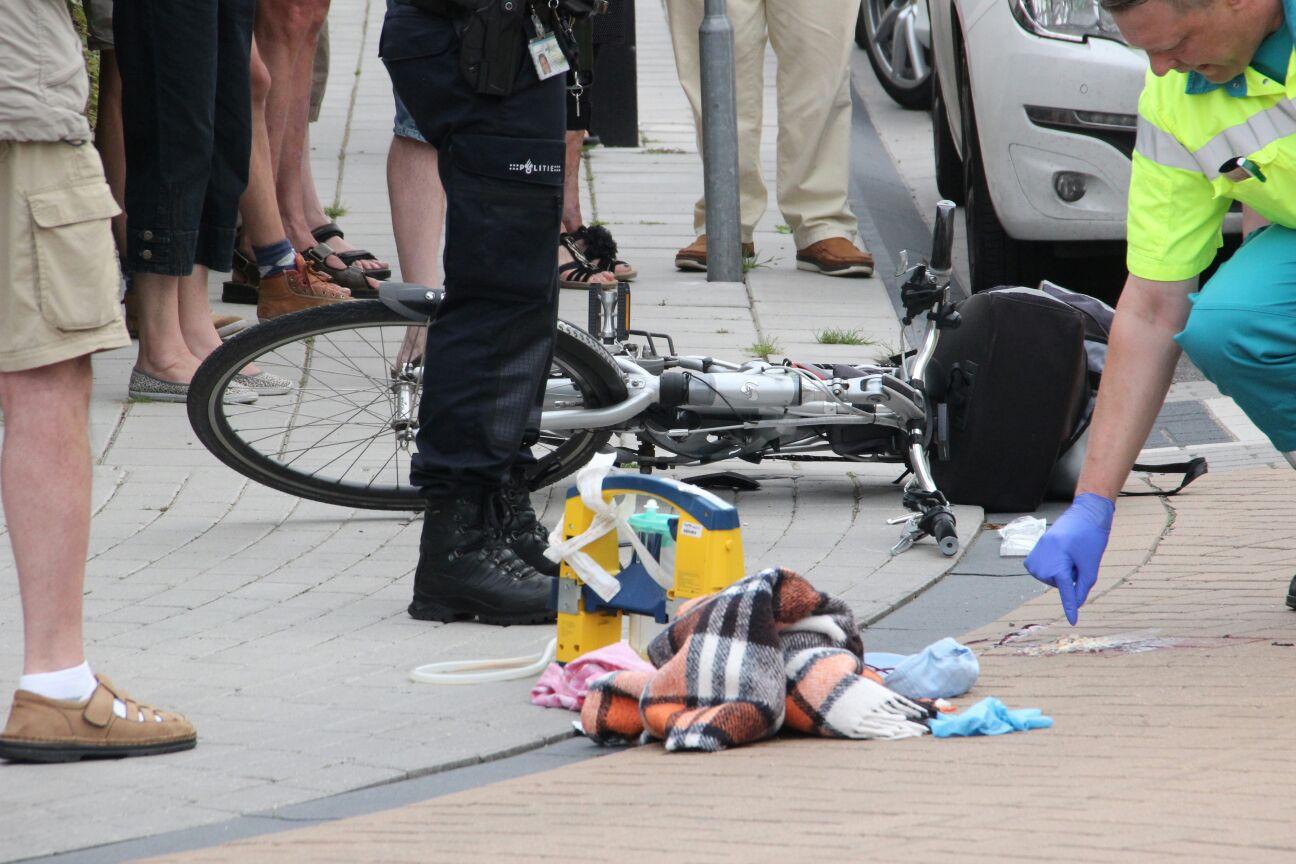 Eén van de fietsers kwam dusdanig hard ten val dat ze mee moest naar het ziekenhuis.