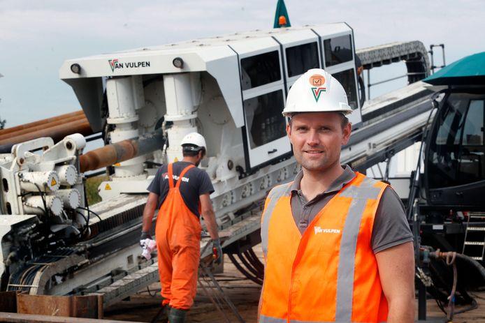 Corjan Slinger, projectleider Van Vulpen. Op de achtergrond staat de 300-ton elektrische boormachine.
