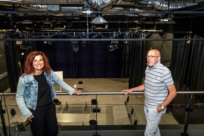 Manager Hannie Derks en bestuursvoorzitter Niek Gorris van Centrum Hofdael op het balkon van de theaterzaal.