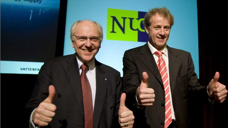 Nuon-CEO Oystein Loseth (R) en zijn collega Lars G. Josefsson van Vattenfall steken hun duimen op ter goedkeuring van de overname.  (epa) Beeld