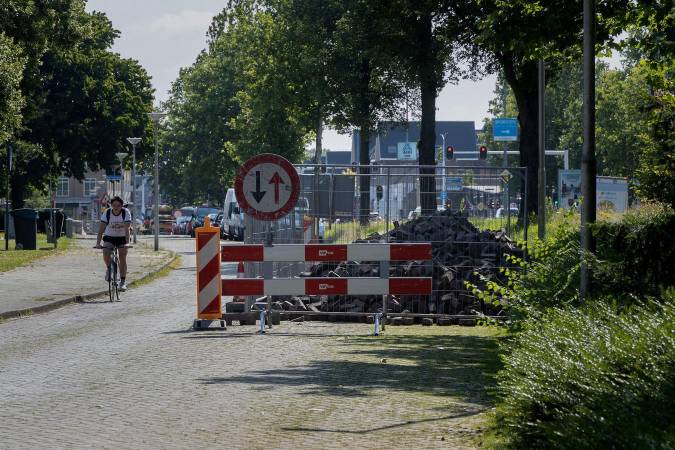 In opdracht van de gemeente Eindhoven is maandag 19 juli begonnen met de herinrichting van het zuidelijk deel van de Alberdingk Thijmlaan en de ventwegen van de Boutenslaan.