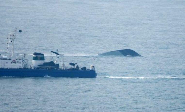 Een schip van de kustwacht nadert het gezonken schip Cheonan. ANP Beeld