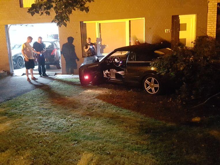 De bewoner en de politie bij het voertuig.