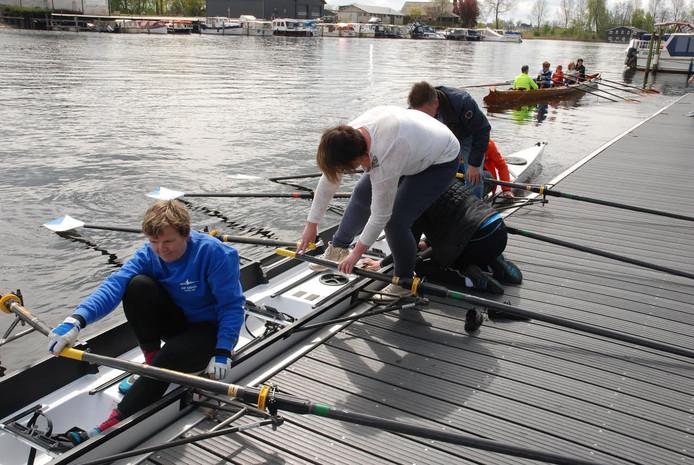 Roeivereniging De IJssel in Kampen houdt een clinic voor mensen die interesse in de roeisport hebben.