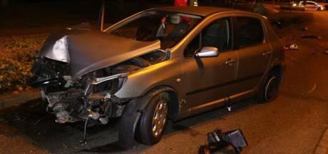 Auto zwaar beschadigd na botsing tegen boom in Den Bosch