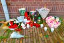 EINDHOVEN - De man die donderdag dood werd gevonden op de Fuutlaan in Eindhoven is Ferdi Mathilda. De Antilliaanse jongeman woonde in Boxtel, maar was ook geregeld in Eindhoven te vinden. Bij zijn vindplek zijn bloemen gelegd.