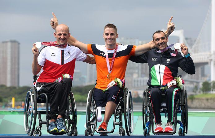 Jetze Plat de gouden medaille om zijn nek, met naast hem de Oostenrijker Florian Brungraber en de Italiaan Giovanni Achenza.