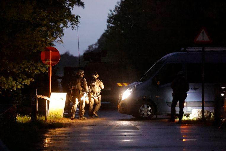 Soldaten van de speciale eenheden komen aan in het nationaal park Hoge Kempen in Dilsen-Stokkem.  Beeld BELGA
