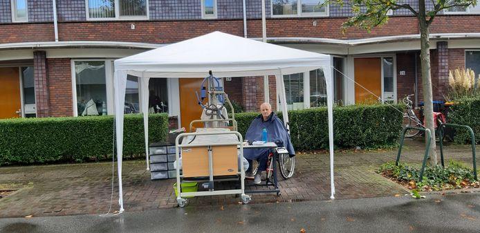 Gerard van Doorn staat met zijn spullen op straat