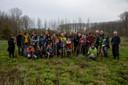 Vrijwilligers Natuurpunt en JNM aan de slag in de vallei van de Gondebeek in Landskouter.