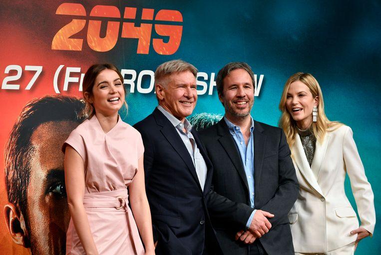 De sterren uit 'Blade Runner 2049' Ana de Armas, Harrison Ford en Sylvia Hoeks poseren met regisseur Denis Villeneuve. Beeld EPA