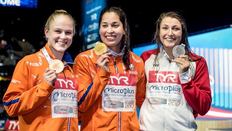 Ranomi Kromowidjojo in het midden met haar gouden medaille, Maaike de Waard (L) won brons. Beeld epa
