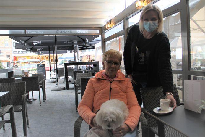 Krista Maes is blij dat ze naast de wekelijkse markt nu ook terug een terrasje in Izegem kan doen. Ze drinkt een eerste koffietje bij Anja van café Comodo.