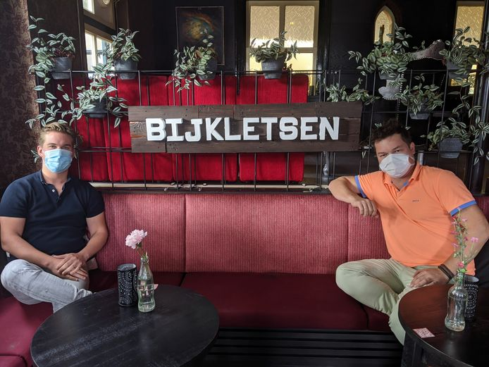 Morris Fikke (links) en Herman de Raaf in het café van Het Witte Paard in Etten-Leur