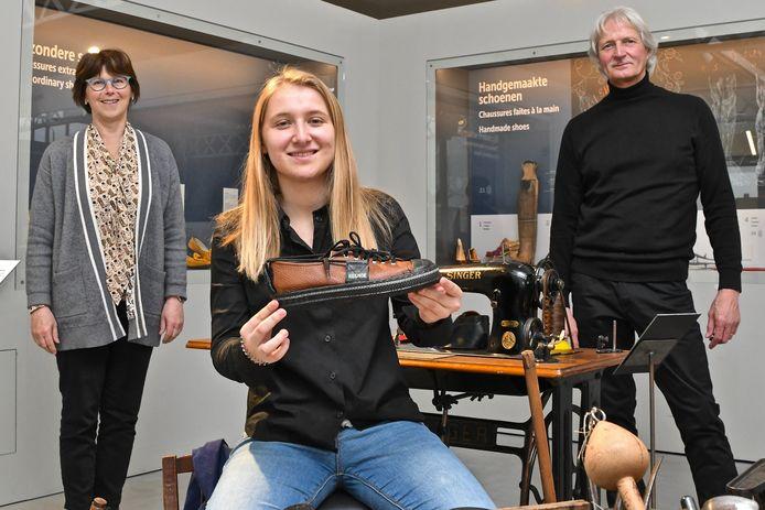 Museum-conservator Hilde Colpaert, studente Elies Roelens met de Reshoe en voormalig schoenfabrikant Dirk Strobbe.