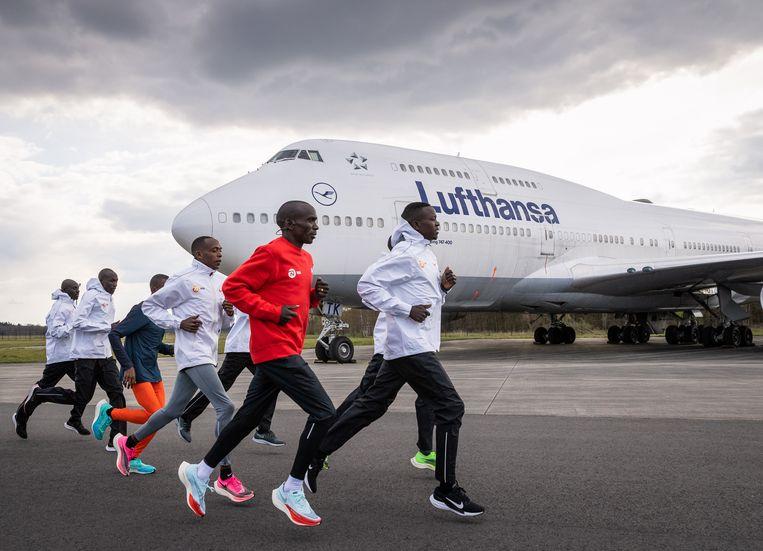 Kipchoge verkent parcours voor de marathon op vliegveld Twente. Beeld NN Running Team