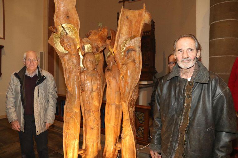 De Duitse kunstenaar Ludwig Schumacher (rechts) met Bernard Duplacie,voorzitter van de kerkfabriek.