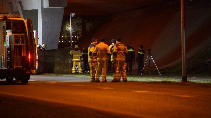 De plaats van het ongeval wordt door brandweerlieden aan het zicht onttrokken met een zeil.