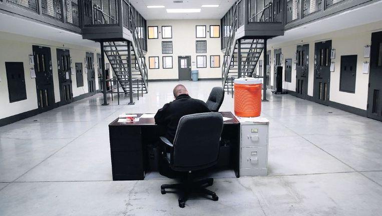 Een bewaker in de Adelanto Detention Facility in Californië. Beeld getty
