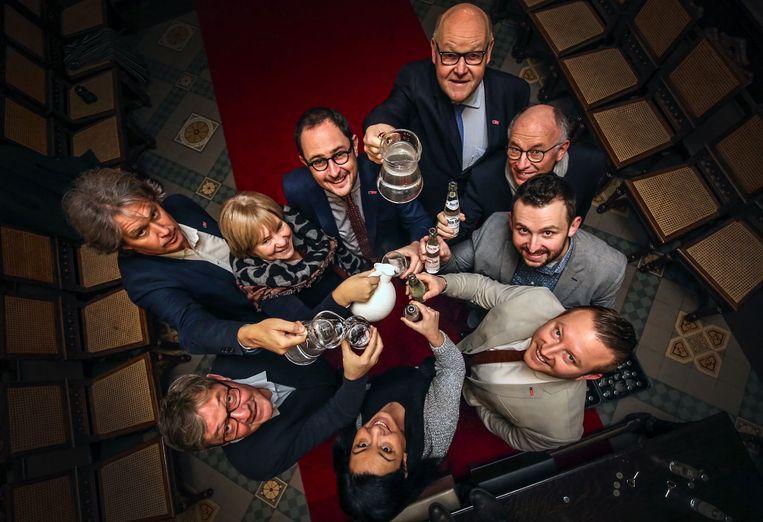Het Kortrijks stadsbestuur heft het glas op Tourneé Minérale. Beeld Henk Deleu
