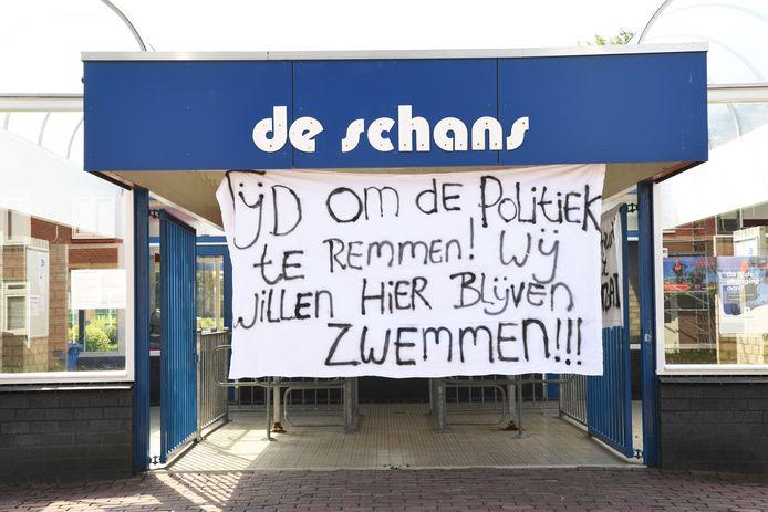 GEERTRUIDENBERG - Terwijl er nog geen voorstel is gedaan nemen  inwoners en zwemliefhebbers in Geertruidenberg een voorschot op de komende bezuinigingen. Zij vrezen sluiting van 'hun' zwembad en hingen alvast spandoeken op.