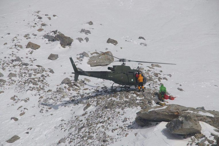 De Poolse klimmers werden afgezet door een Pakistaanse helicopter. Beeld AFP