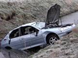 Auto slaat meerdere keren over de kop en eindigt in sloot