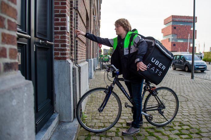Een koerier van Uber Eats aan het werk in Antwerpen.