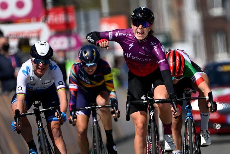 Demi Vollering won de sprint van een beperkt favorietengroepje in Luik. Beeld BELGA
