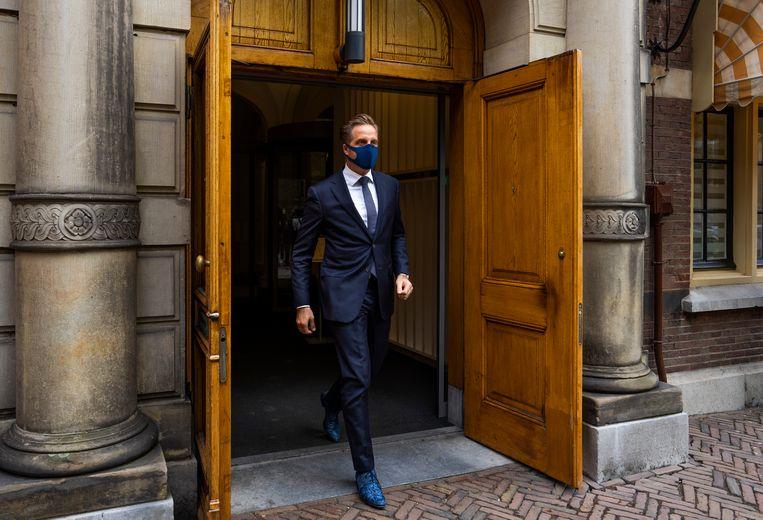 Demissionair minister Hugo de Jonge verlaat het ministerie van Algemene Zaken om de witte rook te melden.  Beeld Freek van den Bergh / de Volkskrant