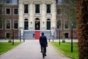 Premier Mark Rutte is bij Paleis Huis ten Bosch voor een bezoek aan koning Willem-Alexander. Per fiets.