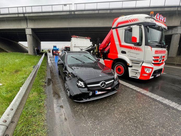 Een Mercedes botste op een uitwijkende Volvo langs de A19 in Zonnebeke.