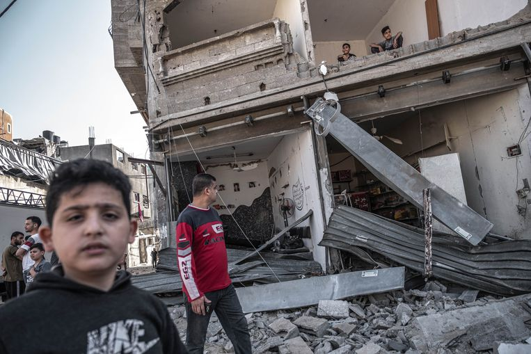 Palestijnen nemen donderdag in het gebombardeerde Gaza-Stad de schade op.  Beeld Foto Fatima Shbair / Getty