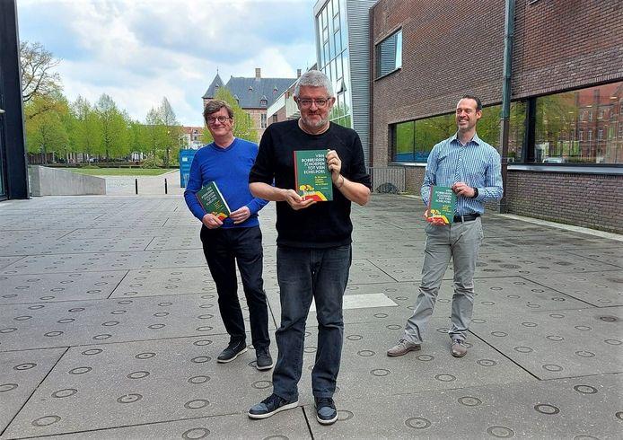 Koen Claessens (voorzitter erfgoedcel k.ERF), Jan Delvaux en Gunther Van Hoof (cultuurfunctionaris 't Schaliken) stellen het nieuwe boek 'Belpop Bonanza Kempen' voor.