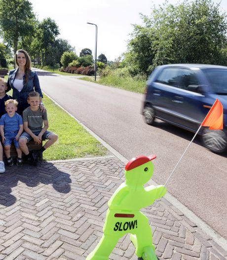 Fietsers en auto's, het knelt op het snelfietspad in Nuland: 'Tussen 14 en 16 topdrukte'