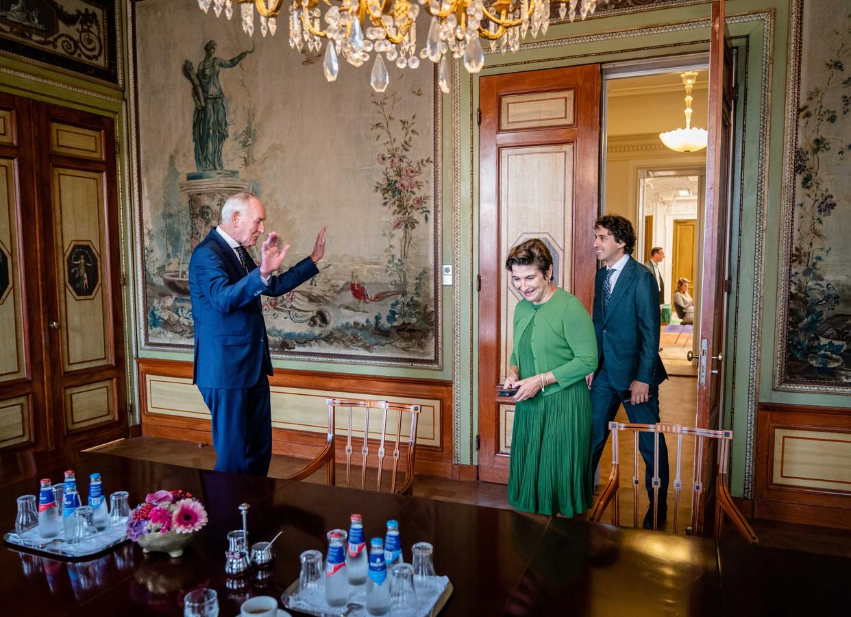 Lilianne Ploumen (Pvda) en Jesse Klaver (Groenlinks) voorafgaand aan een gesprek met informateur Johan Remkes in de Stadhouderskamer.