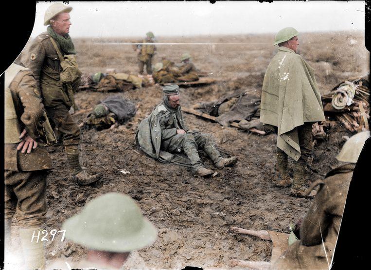 Een Duitse krijgsgevangene in 1916 te midden van Britse soldaten. Beeld Royston Leonard / mediadrumworld