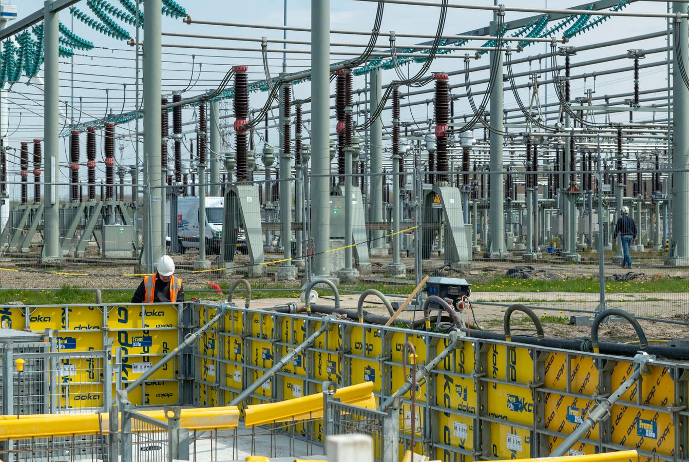 In Zeewolde wordt een onderstation van Liander uitgebreid om het netwerk in Flevoland klaar te maken voor de toenemende vraag en aanbod van elektriciteit.