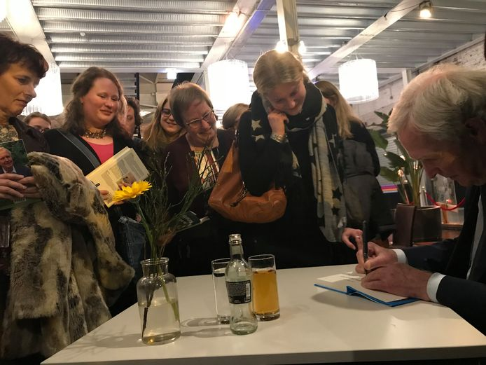 Jan Terlouw signeert zijn boek Oorlogswinter voor de nog ongeboren zoon of dochter van Leonie Theunissen.